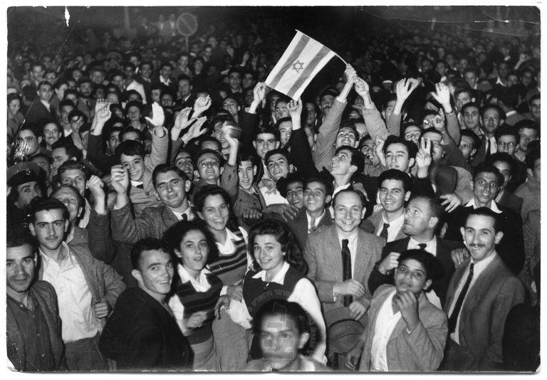 קהל צוהל ברחובות לאחר אישור תכנית החלוקה, תל-אביב, נובמבר, 1947